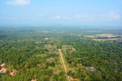 Sikt till dalen uppifrån av Sigiriyaen Lion Rock Fortre Royaltyfria Bilder