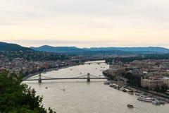 Sikt till Danube River och Chain brige i Budapest Royaltyfria Bilder