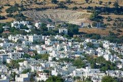 Sikt till de vita bostadsområdebyggnaderna och den forntida amfiteatern i Bodrum, Turkiet Royaltyfri Fotografi