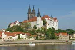 Sikt till den Albrechtsburg slotten och den Meissen domkyrkan från över Elbet River i Meissen, Tyskland Royaltyfri Bild