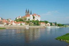 Sikt till den Albrechtsburg slotten och den Meissen domkyrkan från den motsatta banken av Elbe River i Meissen, Tyskland Royaltyfri Foto