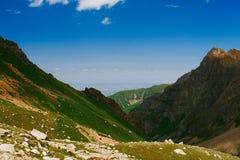 Sikt till den Almaty staden från berg Arkivfoto