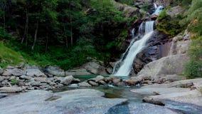 Sikt till den amasing vattenfallet i berg arkivfilmer