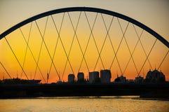 Sikt till den Astana staden och bron över den Ishim floden på solnedgången i Astana, Kasakhstan royaltyfria bilder