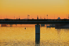 Sikt till den Astana staden och den fot- bron över den Ishim floden på skymning i Astana, Kasakhstan arkivfoton