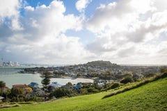 Sikt till den Auckland staden och Devonport, Nya Zeeland Arkivfoto