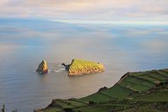 Sikt till den Baixo holmen på Graciosa insland, Azores Royaltyfri Foto