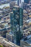 Sikt till den Commerzbank skyskrapan från Maintower Arkivfoto