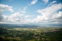 Sikt till den forntida staden av Bonnieux i Provence Frankrike arkivbilder