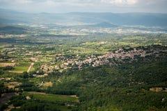 Sikt till den forntida staden av Bonnieux i Provence Frankrike royaltyfria foton