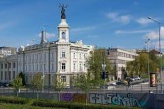 Sikt till den gamla byggnaden bredvid energi- och teknologimuseet i Vilnius, Litauen Royaltyfri Bild