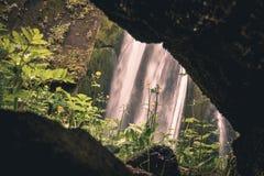 Sikt till den Gljufrabui vattenfallet & x28; Iceland& x29; från grottan i sommar royaltyfria bilder
