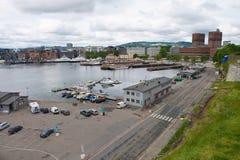 Sikt till den hamn- och Oslo stadshusbyggnaden i Oslo, Norge Royaltyfri Bild