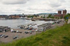 Sikt till den hamn- och Oslo stadshusbyggnaden i Oslo, Norge Royaltyfri Fotografi