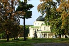 Sikt till den Kachanivka slotten och enorma träd Fotografering för Bildbyråer