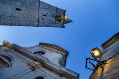 Sikt till den klara himlen med tornet av kyrkan Royaltyfri Foto