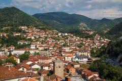 Sikt till den Kratovo lilla staden Arkivbild
