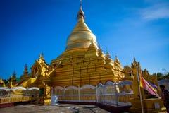 Sikt till den Kuthodaw pagoden i Mandalay, Myanmar arkivfoton