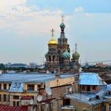 Sikt till den kyrkliga frälsaren på blod i St Petersburg, Ryssland. Royaltyfria Bilder