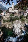 Sikt till den Lavertezzo byn i Valle Verzasca, berömd schweizisk villa royaltyfria bilder