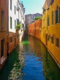Sikt till den lilla kanalen med gamla byggnader på Venedig Arkivbilder