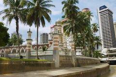 Sikt till den Masjid Jamek moskén med de moderna byggnaderna på bakgrunden i Kuala Lumpur, Malaysia Royaltyfri Fotografi