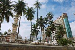 Sikt till den Masjid Jamek moskén med de moderna byggnaderna på bakgrunden i Kuala Lumpur, Malaysia Arkivfoton