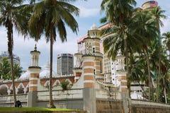 Sikt till den Masjid Jamek moskén med de moderna byggnaderna på bakgrunden i Kuala Lumpur, Malaysia Arkivbild