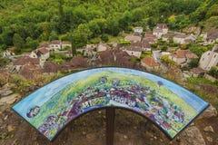 Sikt till den medeltida byn för St-cirq Lapopie, Frankrike Arkivbild
