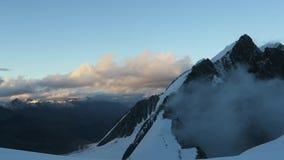 Sikt till den Mensu glaci?ren Belukha bergomr?de Altai Ryssland arkivfilmer