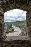 Sikt till den Mosel floden och Bernkastel-Kues från slottfönstret, Tyskland arkivfoto