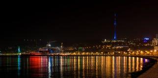 Sikt till den nattBaku staden Arkivbilder