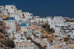 Sikt till den Oia byn, Santorini ö Arkivfoton
