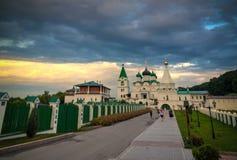 Sikt till den ortodoxa Pechersky uppstigningkloster, Nizhny Novgorod, royaltyfri foto