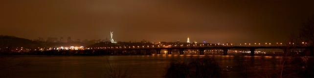 Sikt till den Paton bron i Kiev, Ukraina Arkivfoton