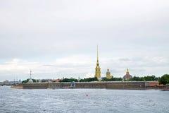 Sikt till den Peter och Paul Fortress och Neva floden i St Petersburg Royaltyfri Bild