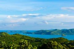 Sikt till den Phuket fjärden från bergöverkant arkivfoto