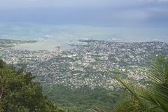 Sikt till den Puerto Plata staden uppifrån av Pico Isabel de Torres i Puerto Plata, Dominikanska republiken Arkivfoto