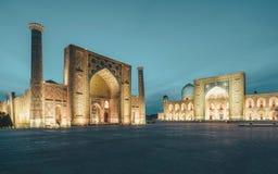 Sikt till den Registan fyrkanten på natten i Samarkand Uzbekistan royaltyfri foto