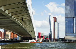 Sikt till den Rotterdam stadshamnen, framtida arkitekturbegrepp, bri Arkivbilder
