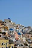 Sikt till den Santorini calderaen, vithus och kyrkliga kupoler på soluppgång, Grekland Arkivfoton