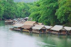 Sikt till den traditionella thai byn på flodbanken i Suphan Buri, Thailand Royaltyfria Bilder