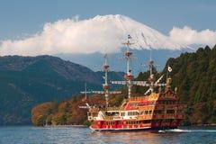 Sikt till det Fuji berget och Ashi Lake på den Hakone regionen Royaltyfri Fotografi