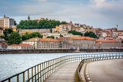 Sikt till det Ribeira området över den Douro floden porto portugal Royaltyfri Foto
