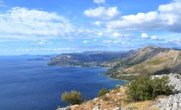 Sikt till Dubrovnik från ett kustberg royaltyfri foto