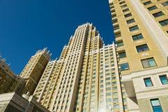Sikt till en av de mest högväxta moderna bostads- byggnaderna i Astana, Kasakhstan Royaltyfri Foto