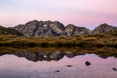 Sikt till en bergskedja i Nya Zeeland precis för soluppgång fotografering för bildbyråer