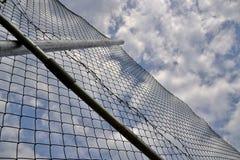 Sikt till en himmel till och med ett trådstaket Royaltyfria Bilder