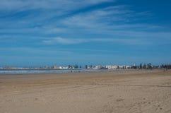 Sikt till Essaouira våldsamma medina och hav från sandstadsstranden, arkivfoton