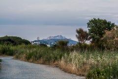 Sikt till ett berg i söderna av Frankrike arkivfoton